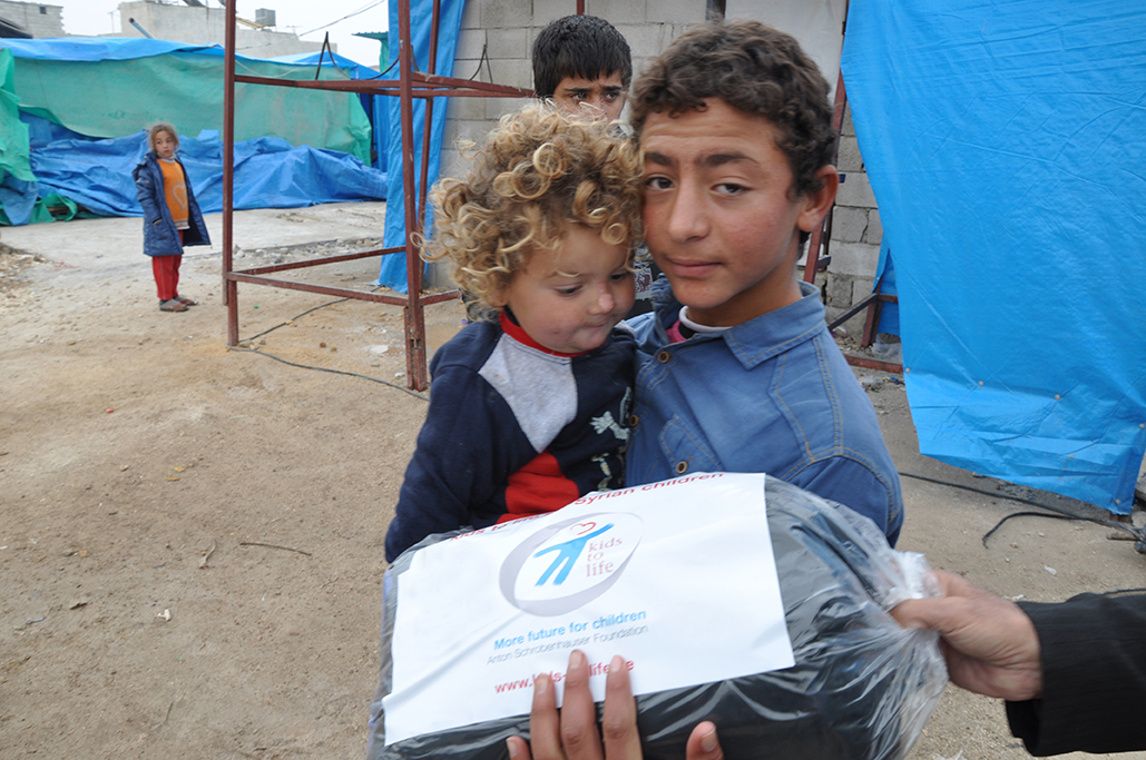 Verteilung von Schlafsäcken im syrischen Flüchtlingscamp