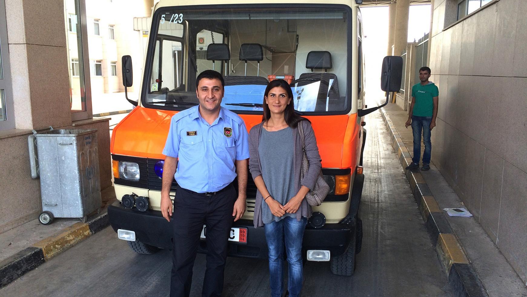 kids to life übergibt Krankenwagen an Feldlazarett in Syrien