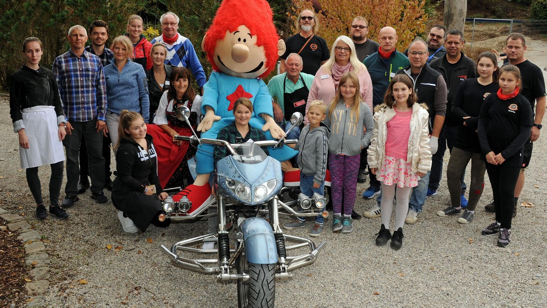 Glückliche Kinder bei der großen Motorradausfahrt von kids to life